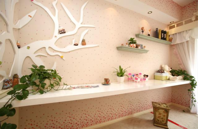 飘满粉色花瓣的壁纸,绿意盎然的盆栽,可爱的小玩偶,营造了一个甜甜的儿童乐园。