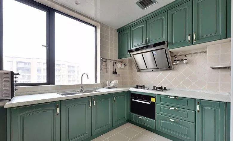 厨房的橱柜以青绿色的橱柜,有着大面积的窗户,让厨房显得格外的舒适明亮。