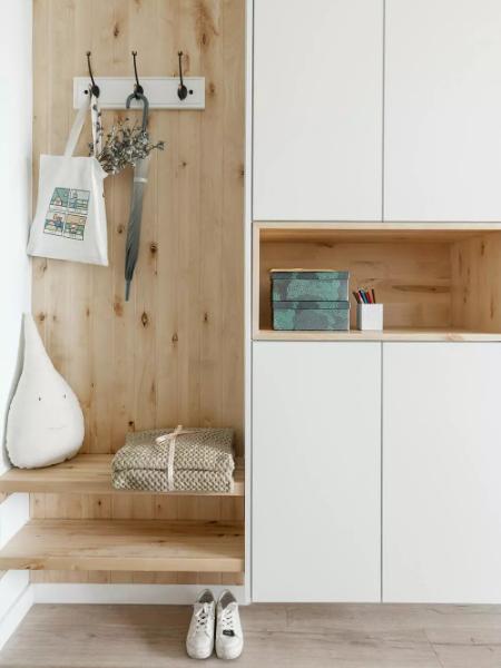 封住原厨房门后,有了舒服实用的玄关。使用原木加白色抗菌板,下方留空200mm,可以放平时换的拖鞋。