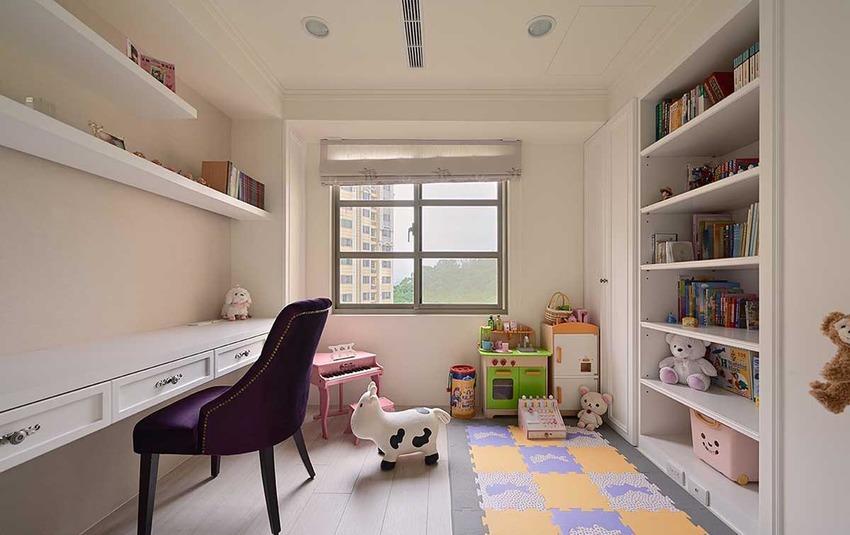 舍弃常见的上吊柜收纳形式,一字形的长桌与层板搭配,更显空间大器。