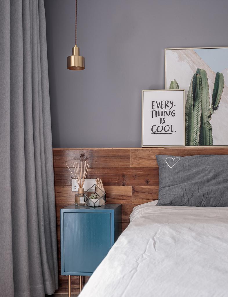 卧室采用木质床背板延伸至木质地板,借此拉长空间感。