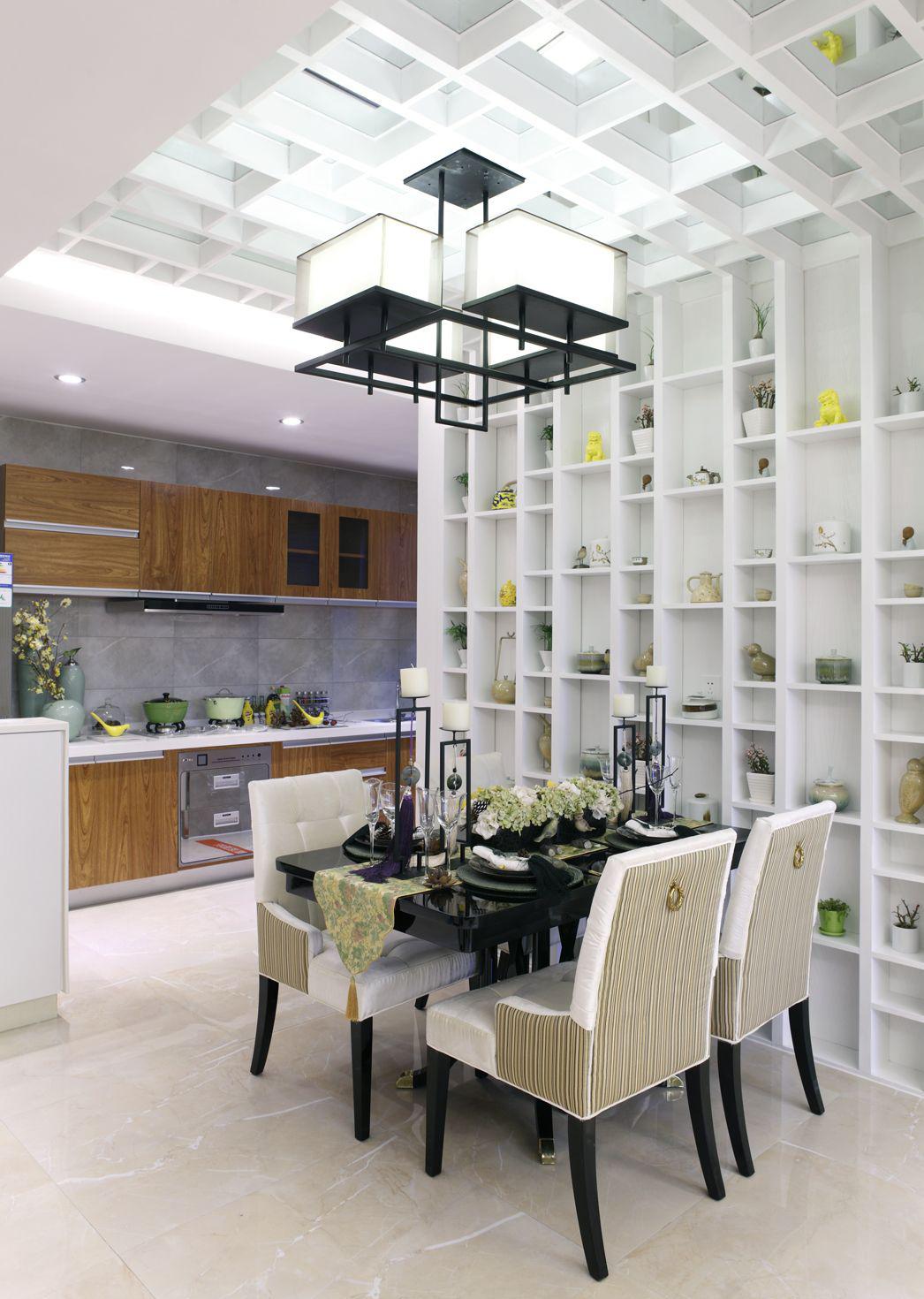 从餐厅望向厨房,整体清新大气,开放式厨房设计让烹饪更为灵活。