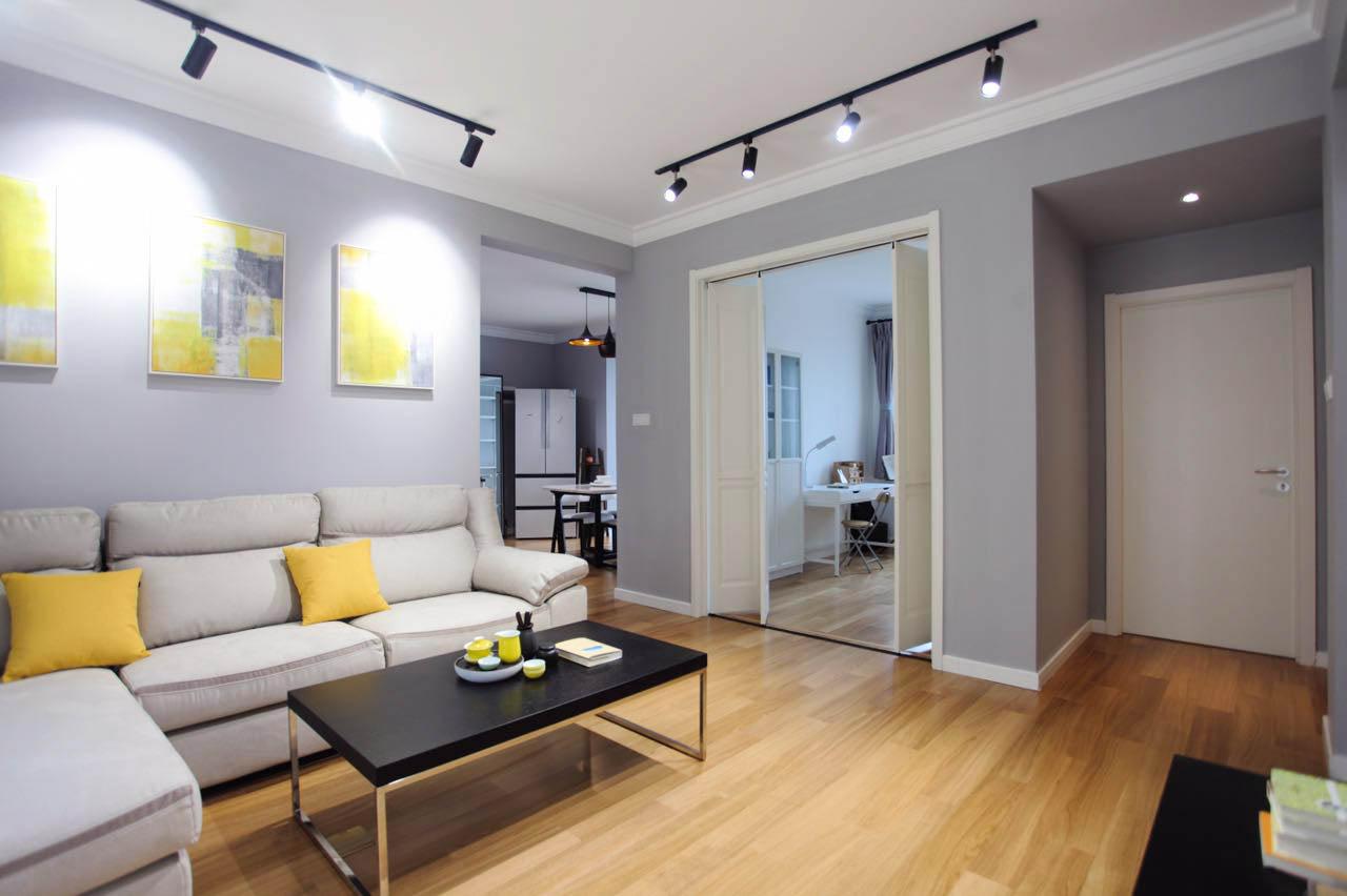 客厅选择了一款浅灰色系的沙发,点缀的黄色打破了空间的沉闷感,显得自然通透,时尚优雅。