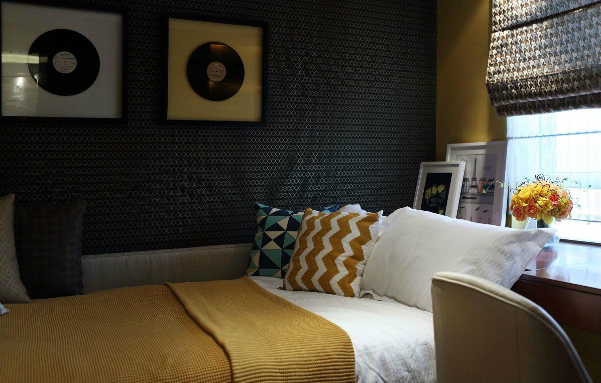 床饰点缀精致的生活感,床头布置一个小桌,兼用做办公桌和梳妆台。