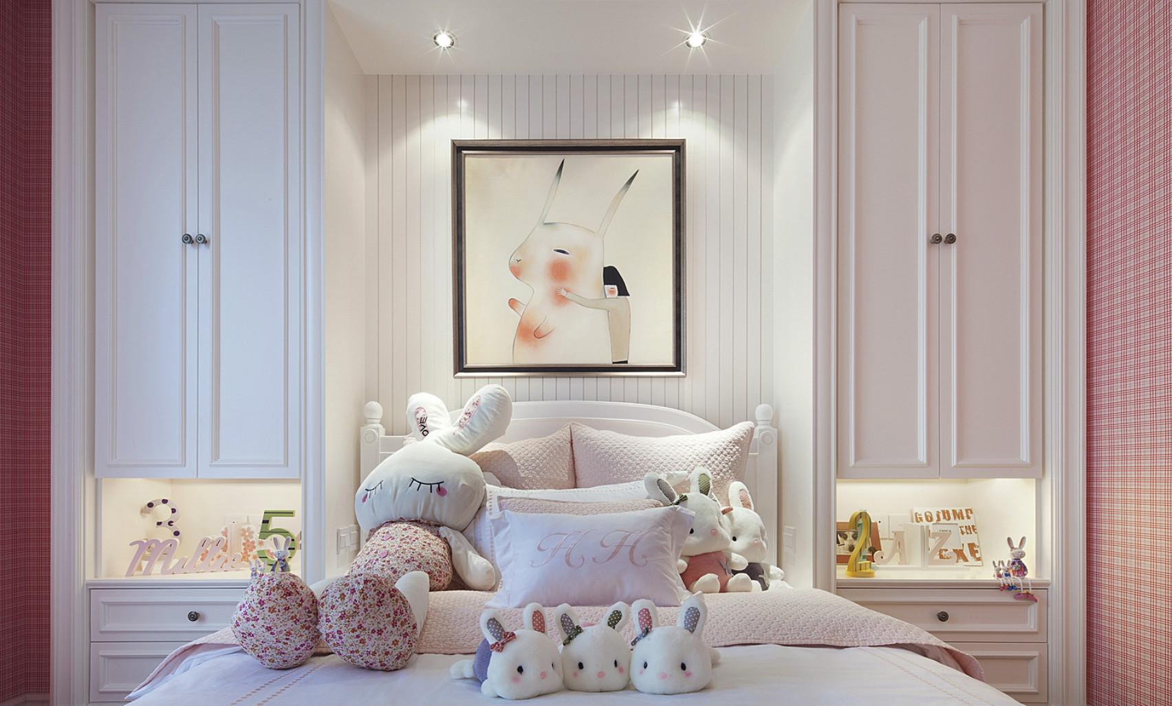 儿窗帘、床品、吊灯无一不透漏着满满的少女气息。可以发现父母非常的细心,放在孩子床上的礼物都是一样的。
