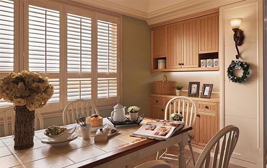 花砖铺面的餐桌设计,兼具清洁保养与乡村风美学表现。