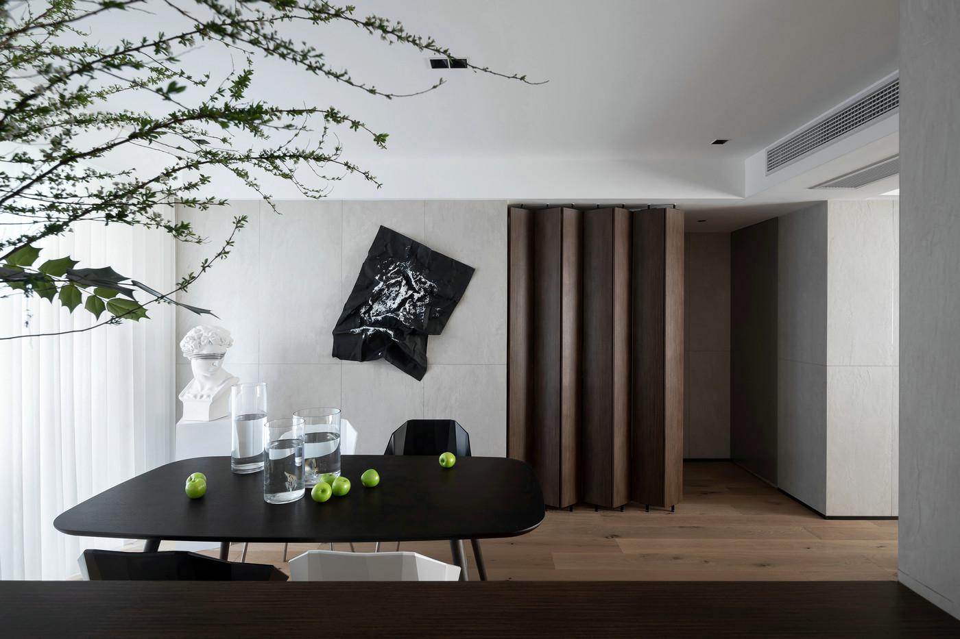 餐厅空间整洁沉静,精美装饰物的存在为餐厅增添了一抹艺术感。