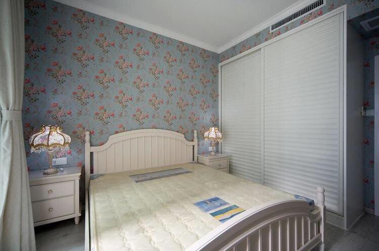 主卧室比较简单,碎花的背景墙,很是典雅,做了充足的收纳,很方便女主人。