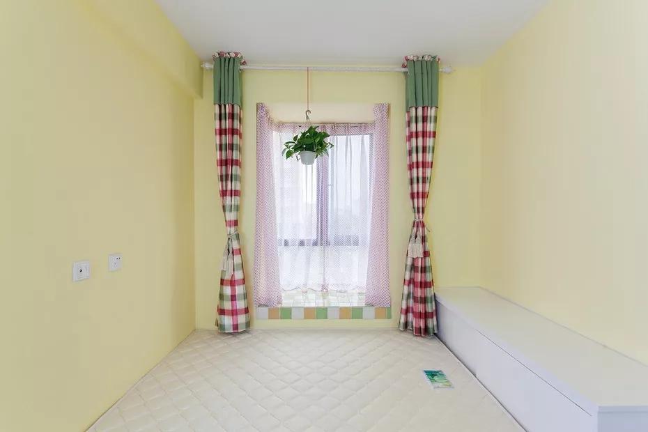 次卧面积相对较小,在角落中设计相应尺寸的橱柜,提高卧室的收纳空间。