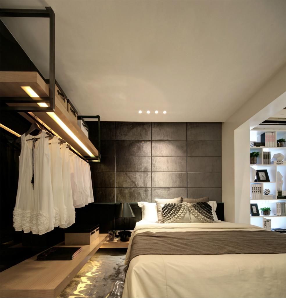 次卧和主卧装饰基本一致,都是冷色系,左侧做了挂衣服区域,很是温馨
