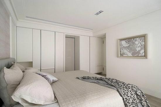 衣橱门板、床头背墙透过垂直水平的线板设计,加上银色带状的面材,构成有形的浪漫背景,阐述舒适放松的法式