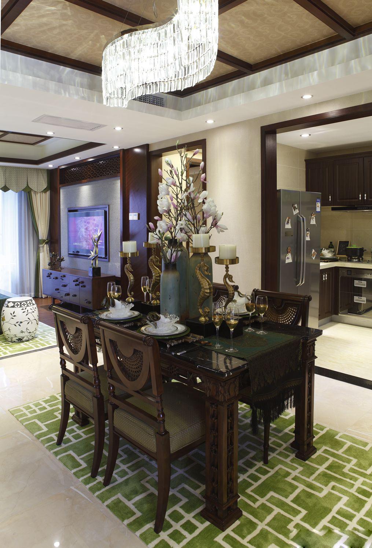 用一花来呼应客厅餐厅的主色调,强调自然乐享的生活。
