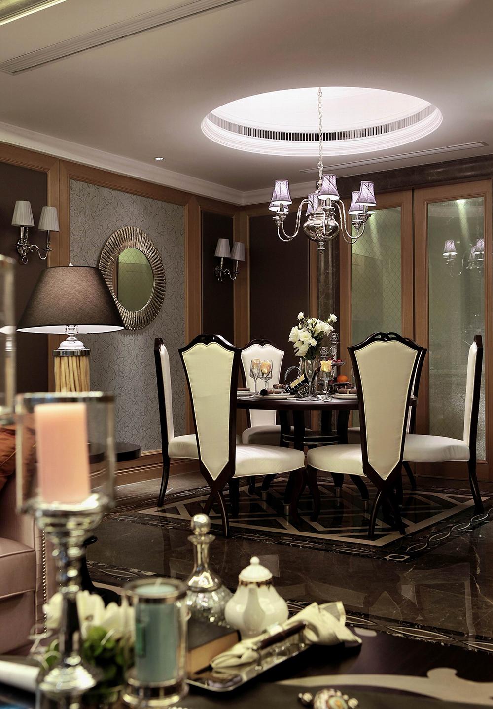 吊顶设计与圆形餐桌上下呼应,光华感十足的灯饰,将雅致的光线挥洒餐椅上,尽展一派悠然风姿。