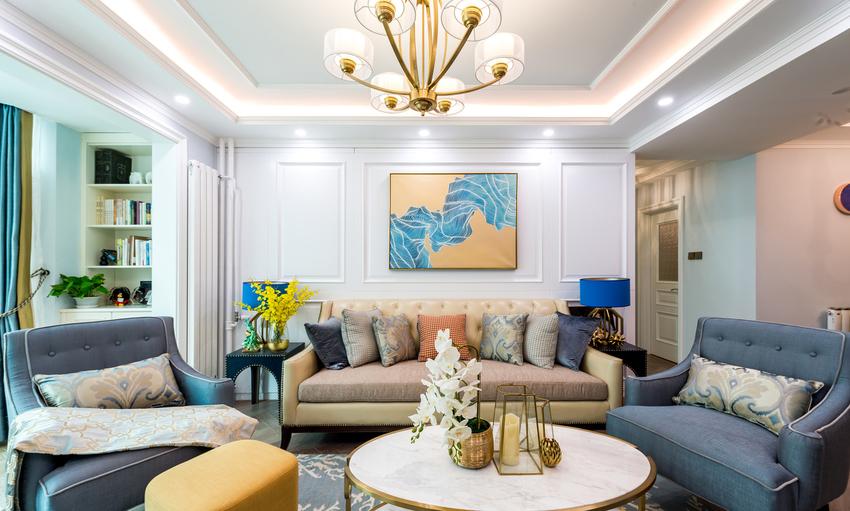 沙发背景墙大面积采用线条护墙板,装饰意味浓重。