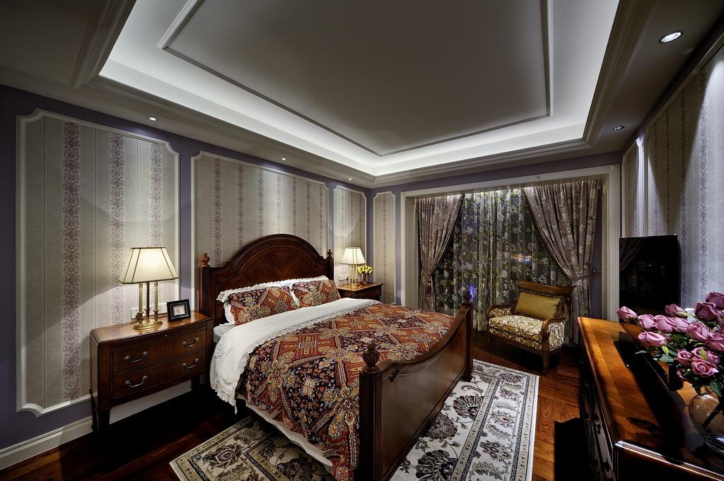 实木地板,床铺与床头柜,看得出来,以木质材料为主,稳重实用。