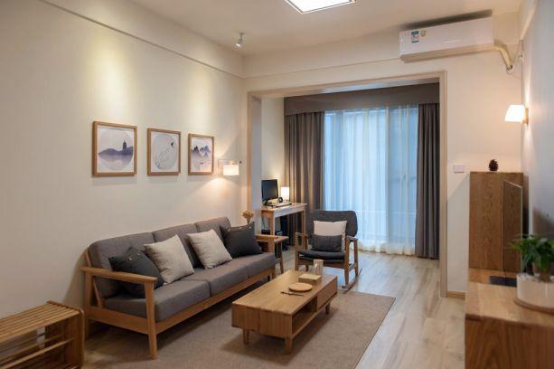 沙发背景墙用装饰画进行简单装饰,窗帘采用遮光帘与白色纱帘,更显温柔雅致。