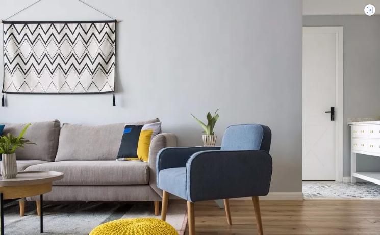 灰布艺沙发搭配色彩鲜亮的抱枕,平衡度刚刚好。背景墙上设计感很强的挂毯,与一侧大盆绿植一起,增添味道。