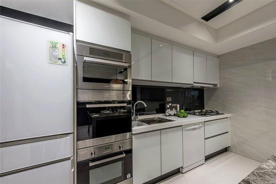 利用系统厨具将大型家电尽收于其中,打造干净立面的厨房场域。