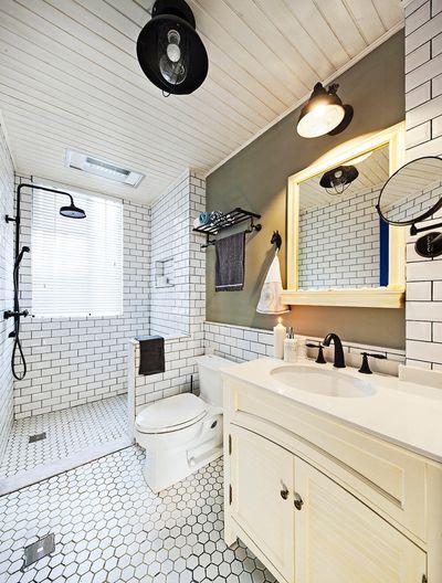 卫生间的瓷砖充满了年少的记忆,地面和墙面都选用白色砖,灰色半墙中和了黑色灯饰及五金的厚重感。