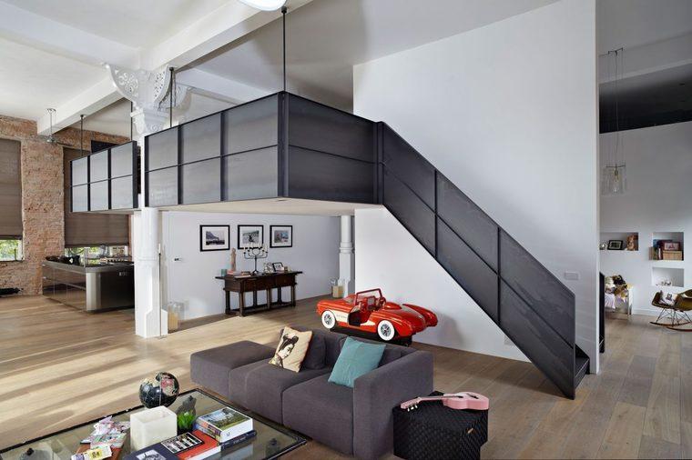 黑白色穿插搭配,塑造简洁明朗的空间规划,利用高度的优势搭建出一个夹层空间。