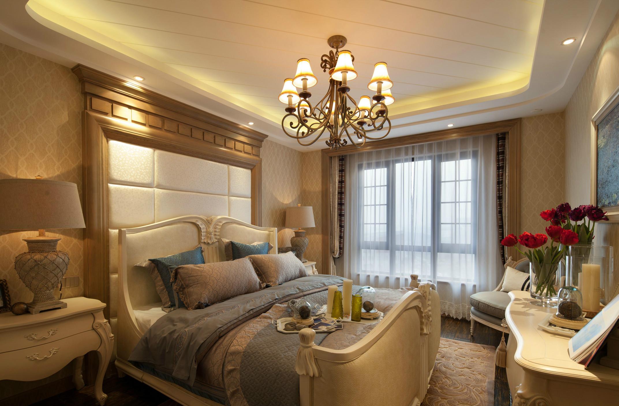 欧式大床背后装饰了白黄色背景墙,形成统一风格。