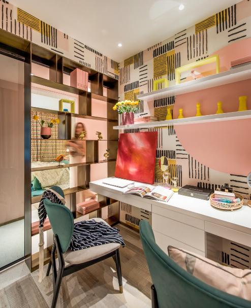 粉色搭配金属黄设计,使书房显得十分精致,一抹绿色椅凳不失浪漫气息。