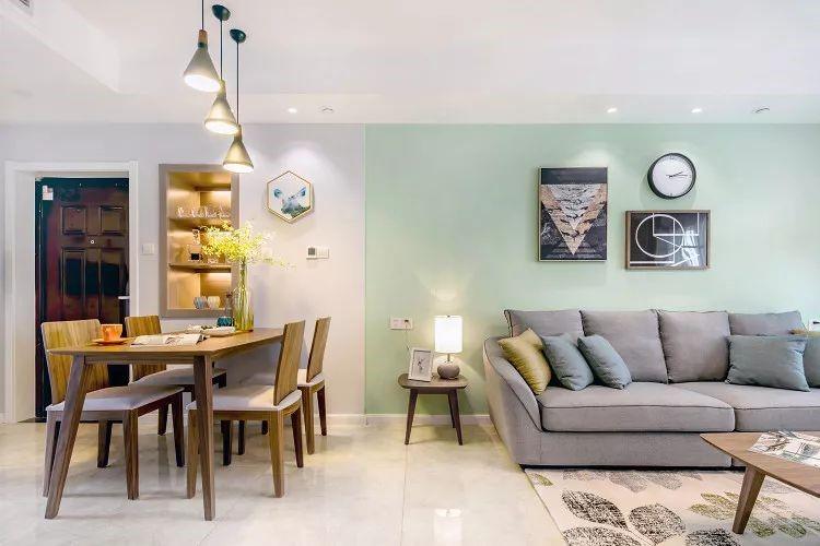 餐客一体的设计,无论是用餐还是在客厅看电视都非常方便。