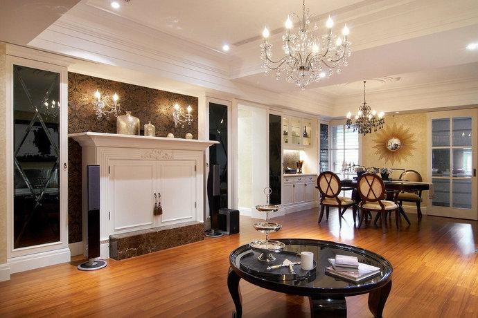电视柜、餐厅主墙两侧设菱格黑镜柜体,黑白对比搭配典雅花纹壁纸,展现精致奢华又独具时尚精品的高贵感。