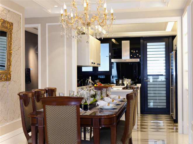 厨房是半开放式,家庭聚会用餐时,长桌,金属框的挂画加深家族聚会的隆重感。