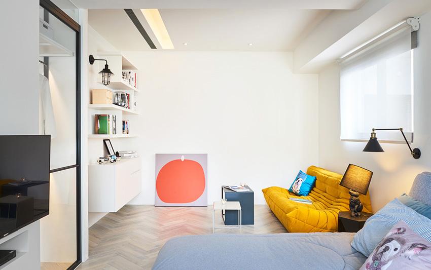 阅读区书柜运用木作、铁件与层板,摆放书籍或装饰品都很适合。