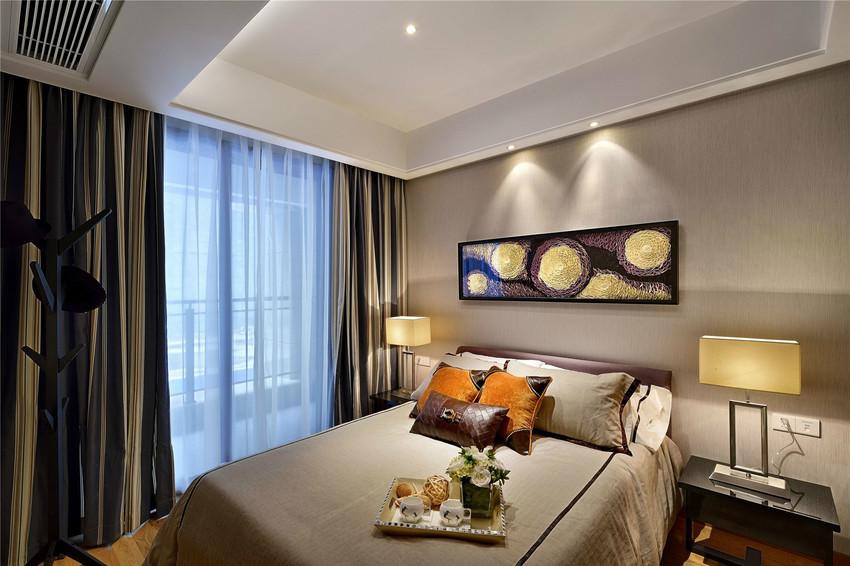 卧室背景墙与床品色彩一致,显得非常协调,背景墙挂画与梵高向日葵颇为相似。
