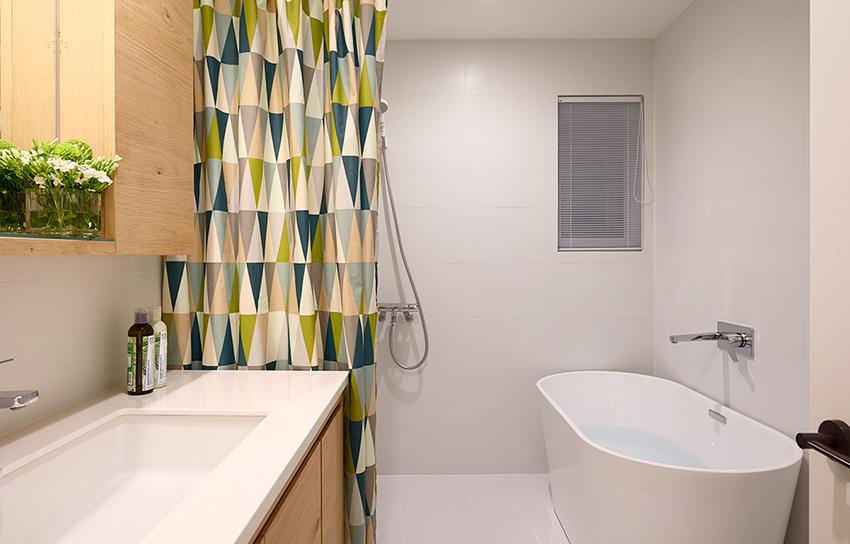 卫生间以花色遮帘做了干湿分离,白色的地板,浴池,洗脸池,整个简洁干净