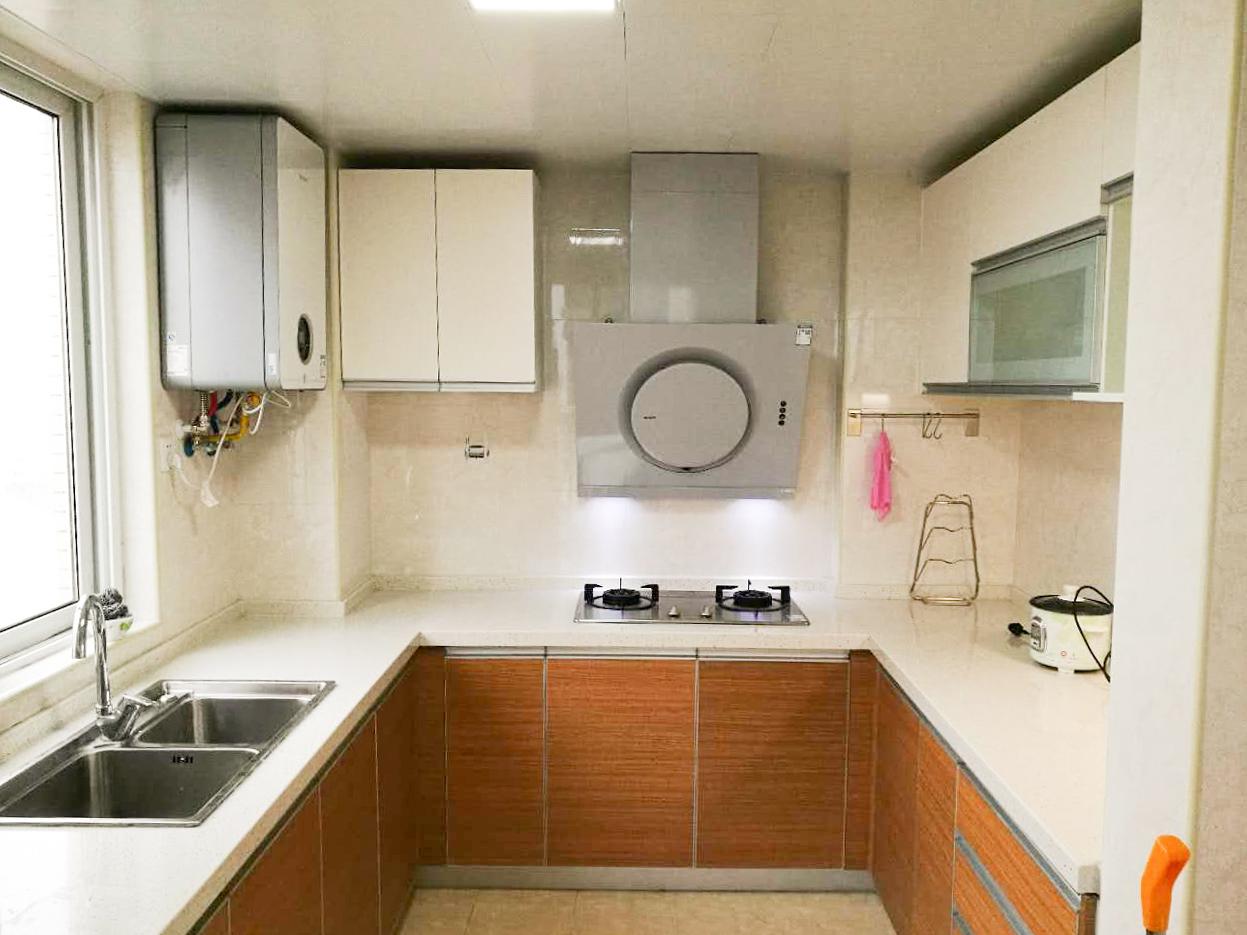 改造后的厨房连接阳台,厨房回形的地柜设计,能够合理利用有限空间。