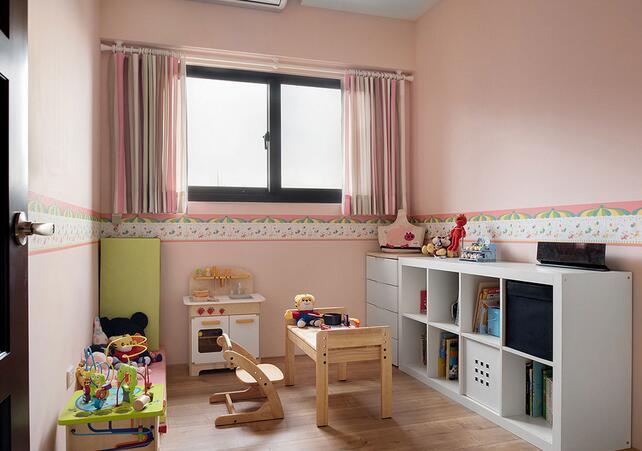 以柔嫩的粉色饰底,腰带处点缀童趣壁纸,衬托小女孩的天真烂漫。