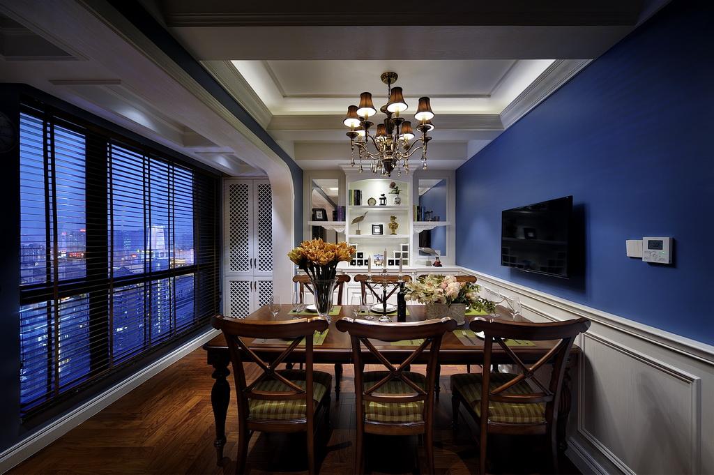 餐厅作为用餐区,保证满足家人用餐之时,古朴的实木餐桌椅