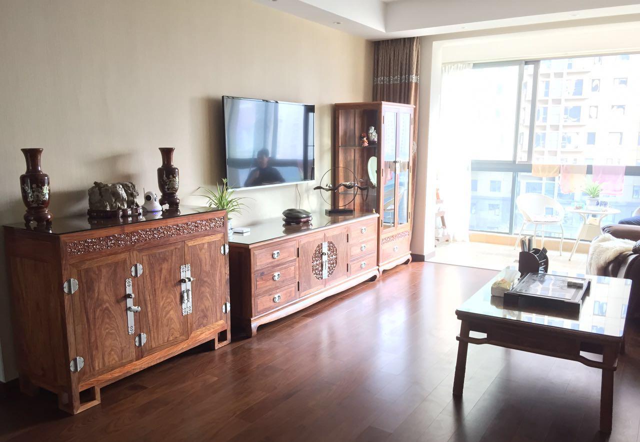 客厅的电视柜、边柜、茶几的设计均有传统文化的韵味,部分饰面以雕花点缀。