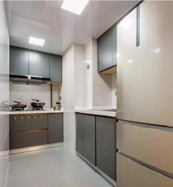 厨房,浅色瓷砖搭配深色橱柜门,小厨房功能全。