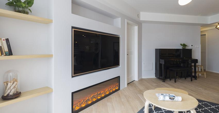 入墙式的电视背景搭配仿真电子壁炉,电视旁的层板可以置物一些书籍及装饰品。