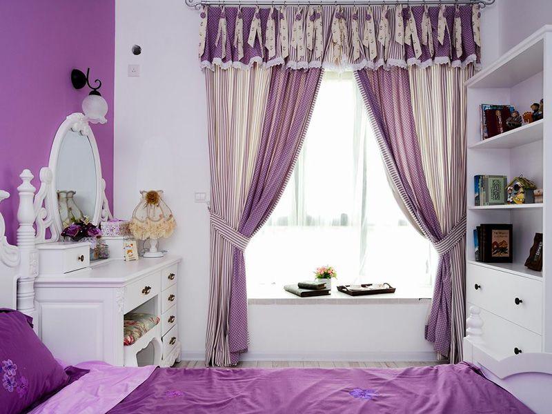 被紫色包围的主卧充满了浪漫感,窗帘的配色组合带来很好的视觉层次感。