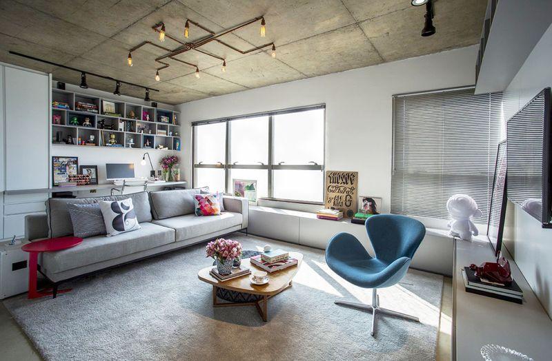 北欧调的客厅白色和不经粉刷的吊顶,形成强烈的风格,铁质灯更增添了些复古的味道。