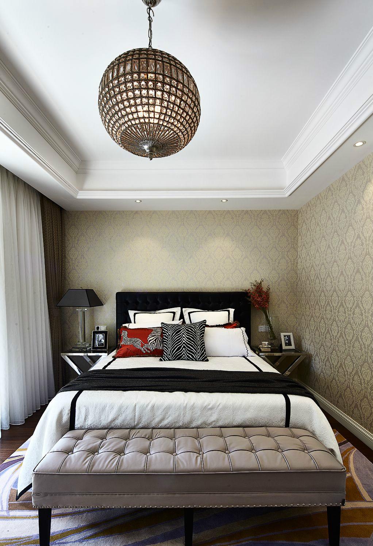 老人房装饰相对简单,整体色调偏暗淡,更符合老年人的起居生活。