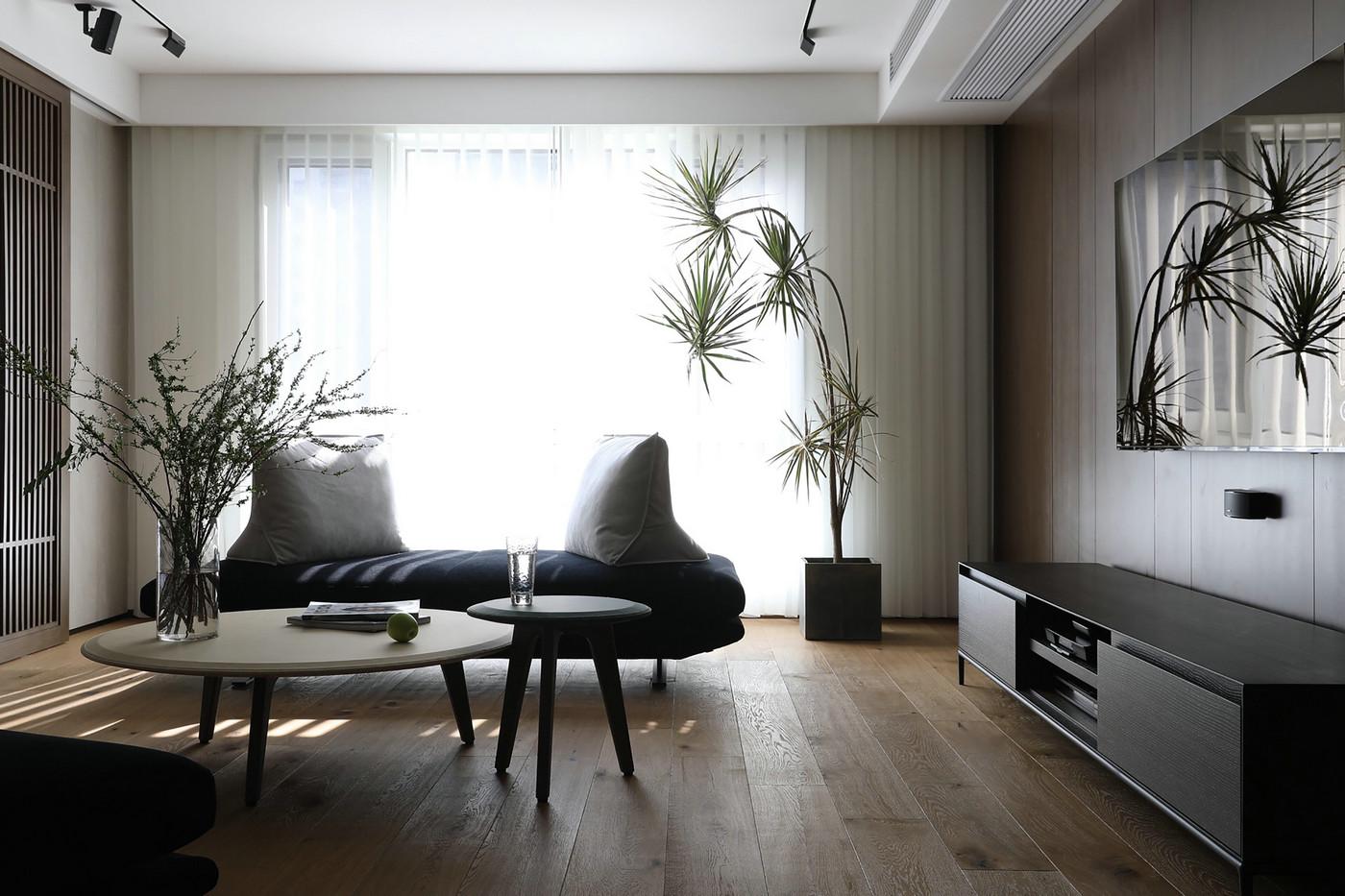 阳台家具摆件不多,巧用绿植进行装饰点缀,营造休闲自在的氛围感。