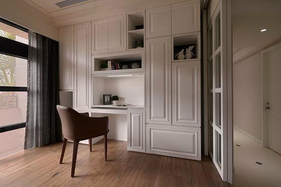 主要为女主人使用的书房空间,将书桌、展示、衣柜与收纳机能整合在同一立面上,透过丰富线条变化赋予活泼表