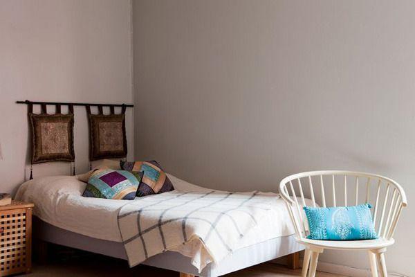简单的床静静在角落,床头挂着房主自己淘来的摆件。