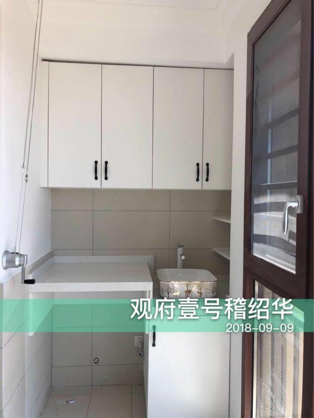 设计师讲求空间的充分利用,阳台设置成洗衣房,上面的橱柜更是很好的收纳场所。