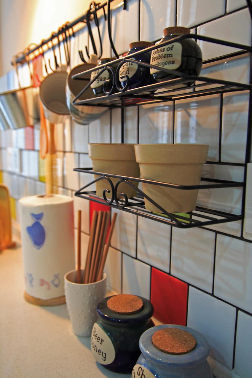 置物架必不可少,厨房的瓶瓶罐罐全部可以上墙,拿取方便,而且也能节约空间。