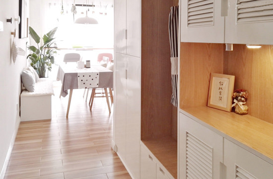 进门右边的鞋柜,是找木工打的,柜门刷的白漆,柜壁做的清漆。