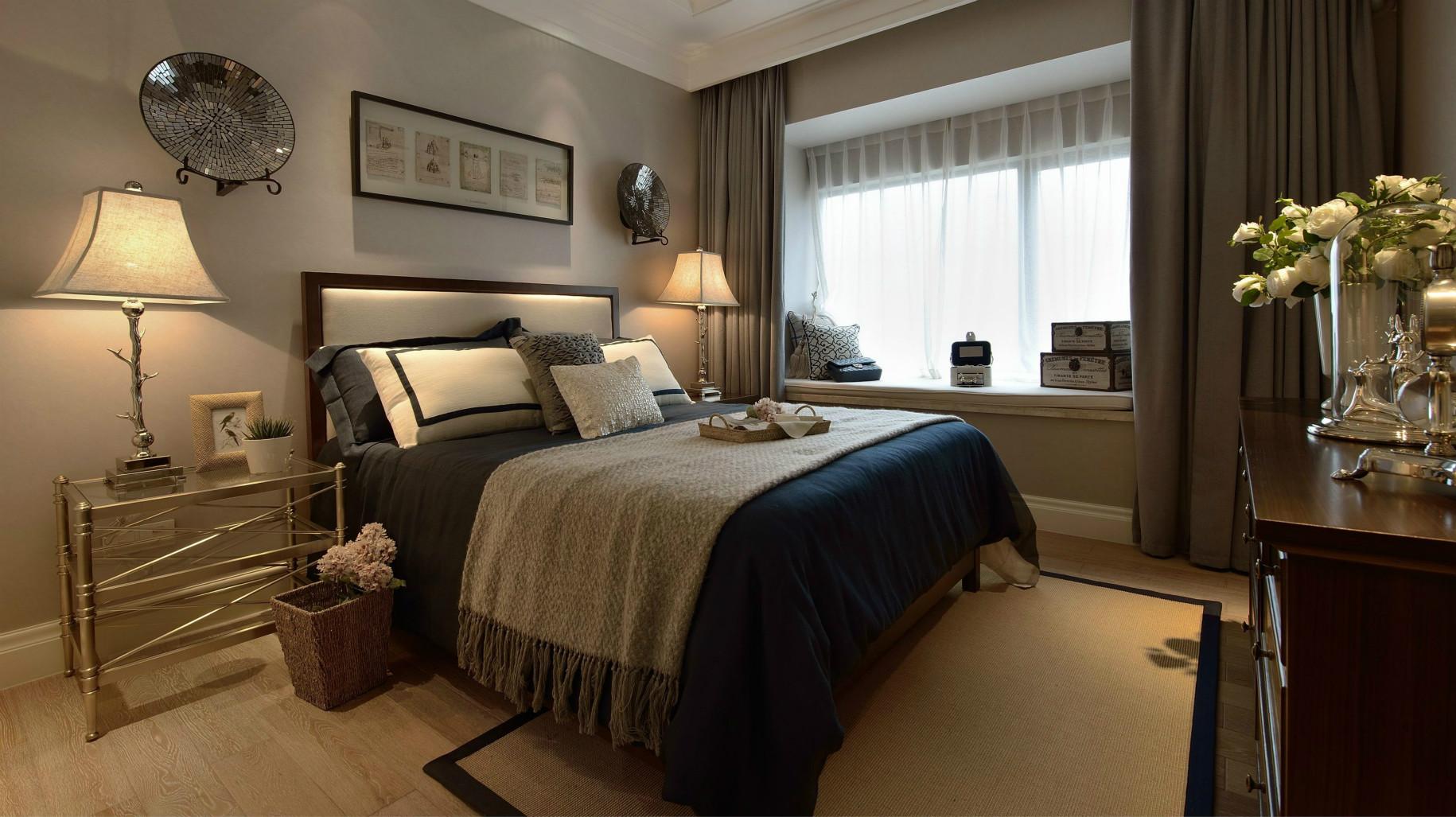 卧室以浅灰色漆粉刷墙面,形成色彩搭配让空间更显温馨