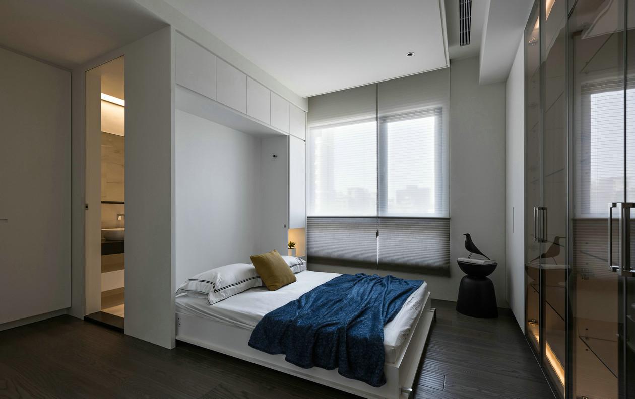 这是一个折叠床,很省空间,休息的时候是温馨的家,不休息的时候可以当娱乐场所