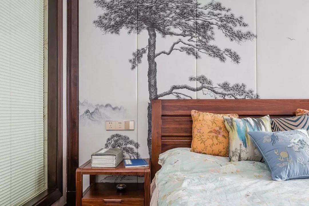 不管是中式的卧床,还是优雅的床品,都给人很舒适的感觉。